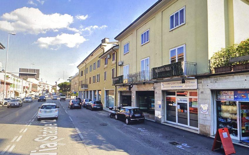 Borgo roma negoziocon vetrine fronte strada